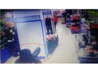 Marketten silahlı soygun anı güvenlik kamerasında