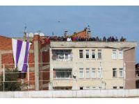 Cezalı taraftarlar maçı çatıdan izledi