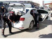 Her pazar korsan gösteri yapılan sokağa polis baskını