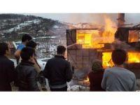 Köy muhtarının evi alev alev yandı