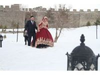 Kar yağışı altında çiftlerin albüm çekimi