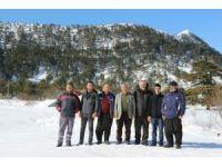 Büyükşehir, kardan dolayı mahsur kalan çifti iş makineleriyle kurtardı