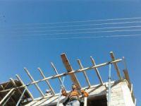 Elektrik telleri nedeniyle evini yapamıyor