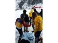 Kar kalınlığının 3 metreyi bulduğu Camili'de hasta kurtarma operasyonu