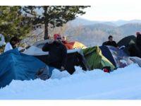 'Atatürk ve İstiklal Yolu Yürüyüşü'nde yürüyüşçüler, kar üzerinde çadır kurdular