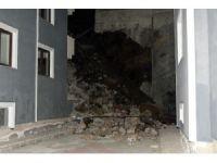 İstinat duvarı binanın üzerine yıkıldı