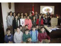 Uçhisarlı hentbolcular kupalarını Başkan Karaaslan'a getirdi