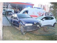 İki otomobil çarpışıp refüje çıktı: 5 yaralı