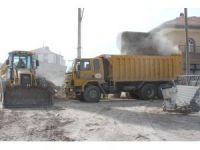 Sindelhöyük Mahallesinde metruk ev yıkımı ve yol çalışması