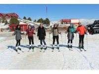 Erzincan'da KYK'lı kızlar kayak öğreniyor