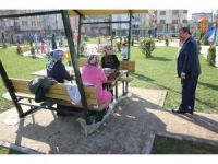 Başkan Karabacak, parkları dolduran vatandaşlarla sohbet etti