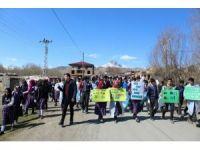Tuzluca'da öğrenciler 'Yeşili Koru Tuzluca' sloganıyla çevre temizliği yaptı