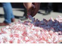 Vatandaşlara 'evet' için cami çıkışı şeker dağıtıldı