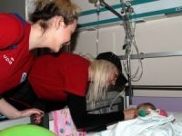 Kadın basketbolcular çocuk hastanesinde