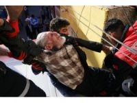 Damdan boşluğa düşen yaşlı adamı itfaiye kurtardı