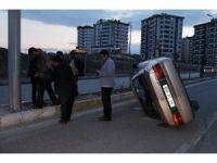 Devrilen araçta sıkışan sürücüyü vatandaşlar kurtardı