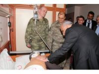 14 teröristin öldürüldüğü olayda yaralanan askeri Vali Zorluoğlu ziyaret etti