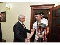 Vali Tuna şampiyon takımı kabul etti