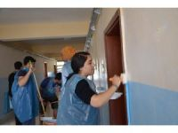 Üniversite öğrencileri, ilkokul duvarını boyadı