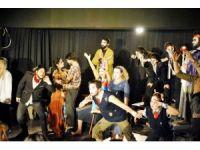 Üniversiteliler Dünya Tiyatrolar Gününü kutladı