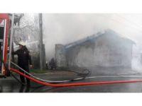 Şişli'de bir gecekondu alev alev yandı
