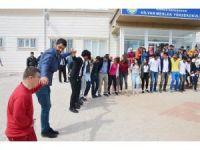 Down sendromlu çocuklar üniversitede halay çektiği