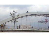 İntihar için köprüye çıkan şahsı polis ve vatandaşlar ikna etti