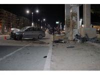 Otomobil yaya geçidinin kolonlarına çarptı: 3 yaralı