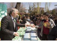 Başkan Çelik 'Kitap Bizden Okumak Sizden' etkinliğinde kitap dağıttı