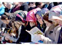 Şehir meydanında toplanıp kitap okudular
