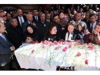Eski bakan, makam şoförünün ardından gözyaşı döktü