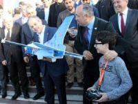 Bakan Kılıç, Türkiye'nin en genç İHA pilotunu izledi