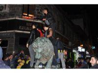 Fenerbahçeli taraftalar galibiyeti aslan heykeline binerek kutladı