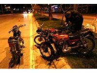 Çalıntı motosikletle 2 motosiklet çalan hırsızlar polisi görünce motosikletleri bırakıp kaçtı