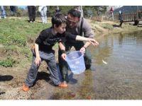 Abant Gölü'ne 51 bin balık salındı