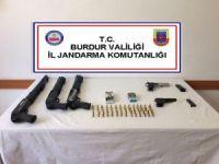 Eğlence mekanında silah ve silahlara ait mermiler ele geçirildi