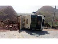 Hakkari'de hafriyat boşaltan kamyon devrildi