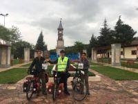 Bisikletleriyle balayına çıkan yabancı çift Bilecik'te mola verdi