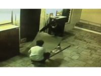 Cami avlusundaki halıyı çalan hırsızlar kameraya yakalandı