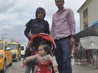 Bebeği ile yolda yürüyen kadının cebindeki telefon çalındı