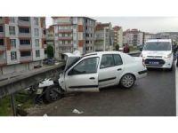 Otomobil bariyerlere çarptı, 4 yaralı