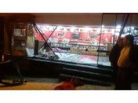 Alkollü sürücü kasap dükkanına çarptıktan sonra takla attı