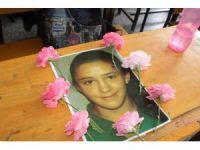 Kalp krizinden ölen kızın arkadaşları masasını çiçeklerle donattı