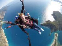 Yürüme engelli İngiliz turist Babadağ'dan uçtu