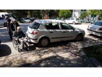 Duyarsızca araç parkı, tekerlekli sandalye ile evine gitmek isteyen vatandaşı çileden çıkardı