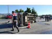 İzmir'de öğrenci servisi devrildi: 11 yaralı