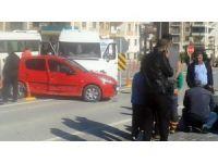 Okul servisi otomobile çarptı:  1 yaralı
