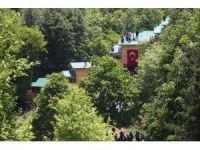 Kaçak bungalovları yıktırmamak için çatıya çıktılar
