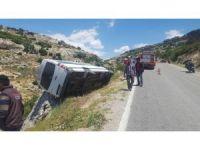 Minibüs, kaya parçası sayesinde uçuruma yuvarlanmaktan kurtuldu