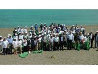 Karadeniz sahillerini onlarca öğrenci temizledi